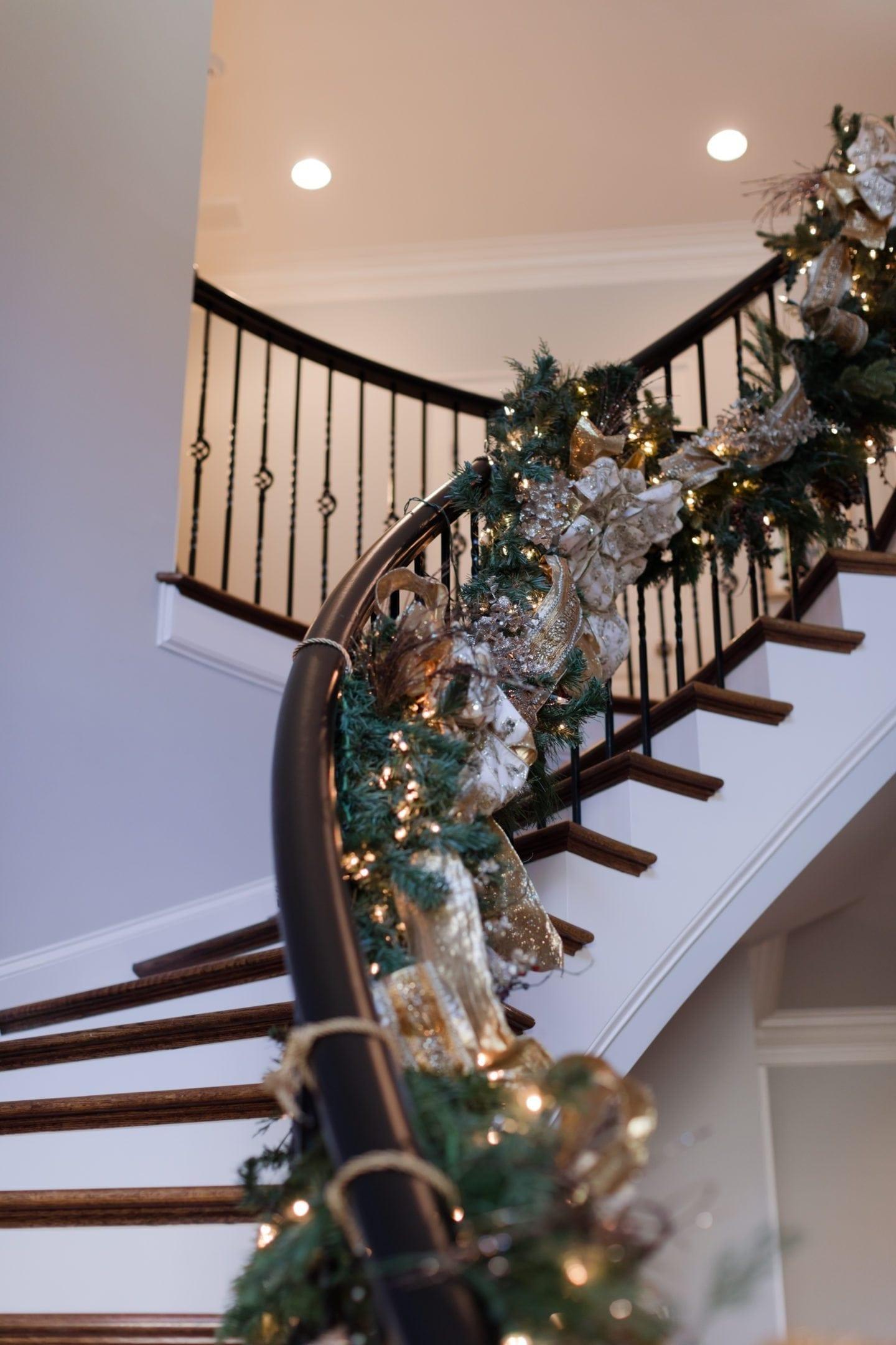 House Christmas decoration. Tips to hang garland on a banister. Christmas staircase inspiration.