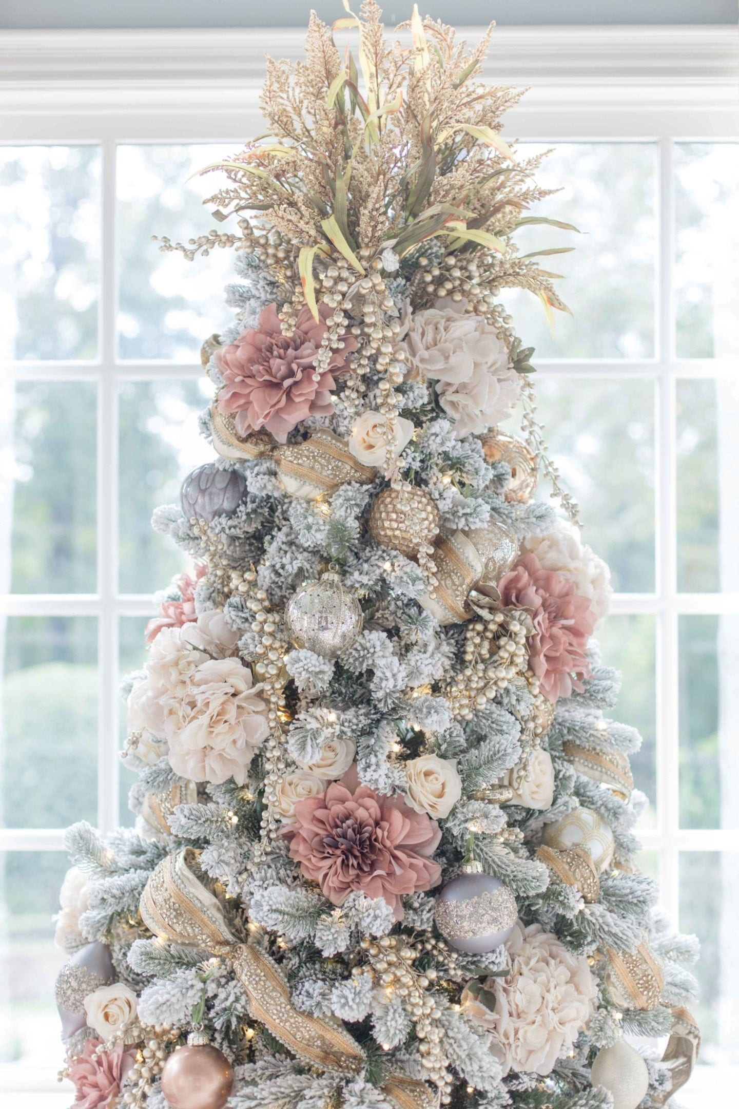 How to decorate a Christmas tree in pink and white and gold.