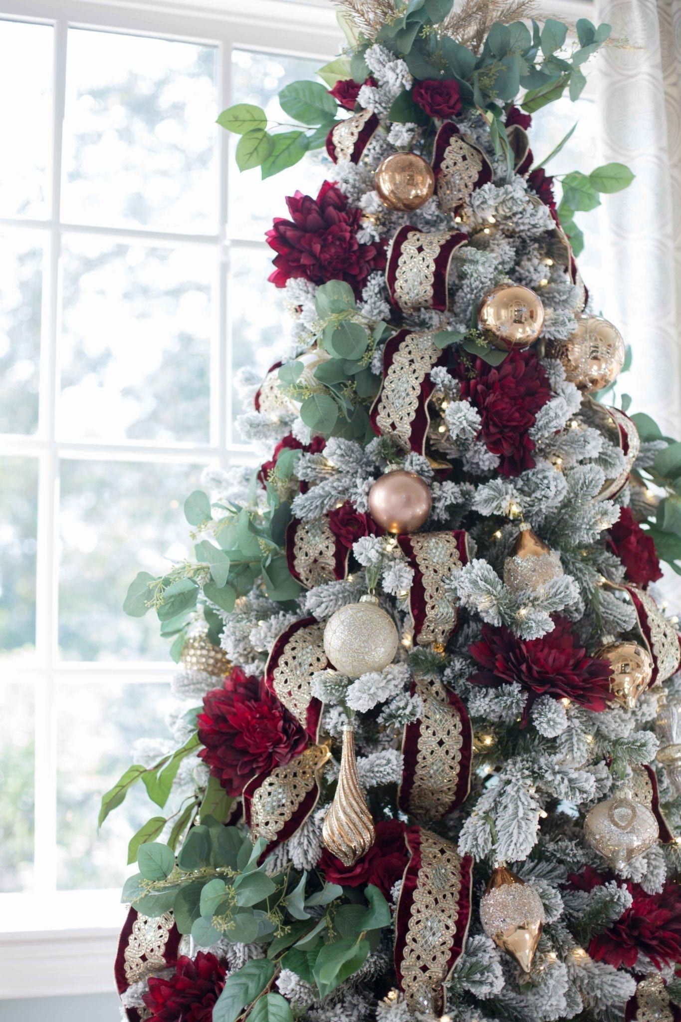 How to Decorate a Crimson Red and Gold Christmas tree ...