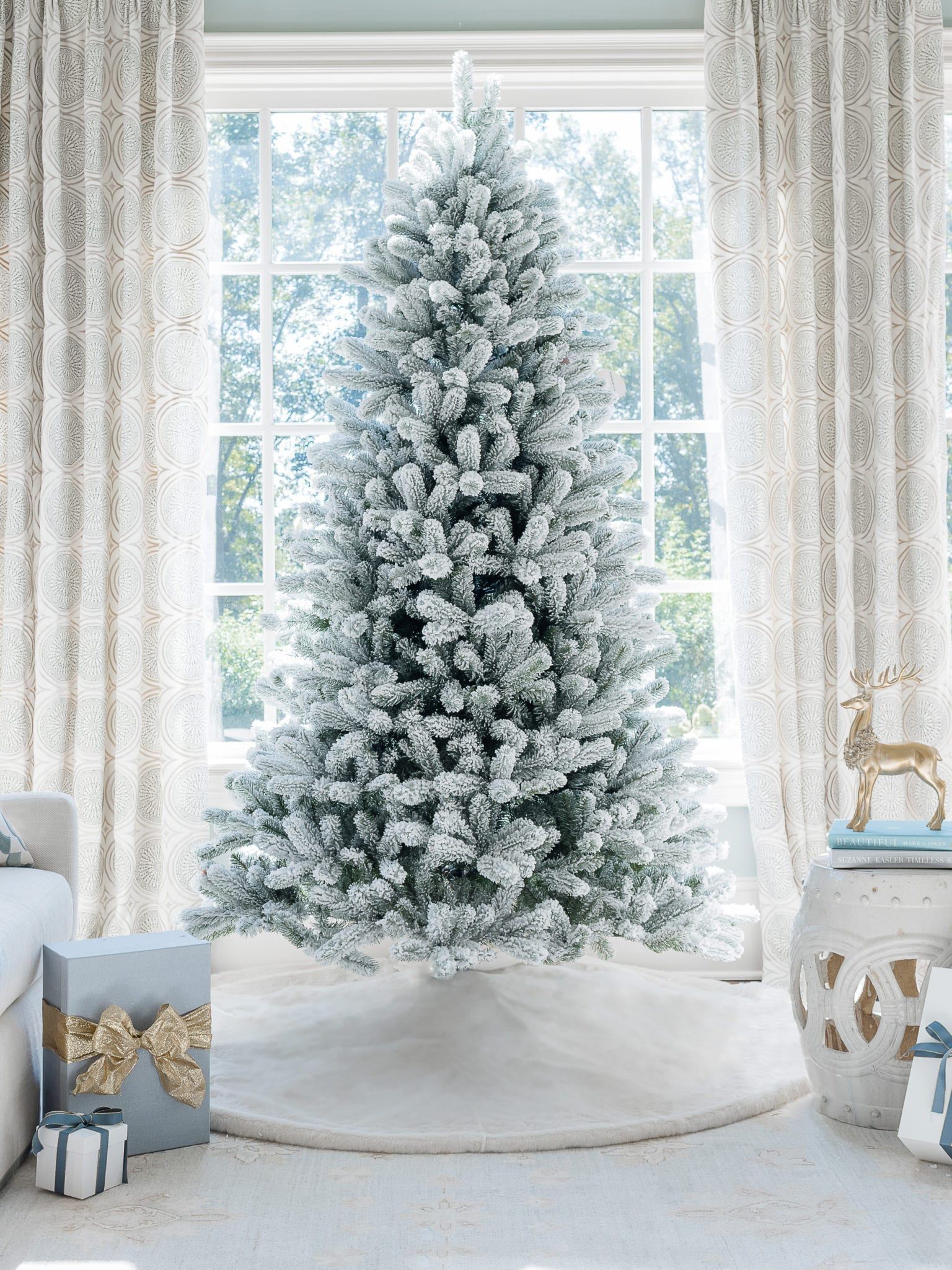 What's the big difference? Want the perfect holiday flocked Christmas tree? I've seen every King of Christmas flocked Christmas tree & can help find your perfect pre flocked tree! Want a simple flocked Christmas tree, an unlit flocked artificial tree, slim, queen flocked tree, or small flocked tree? Let's dive in!